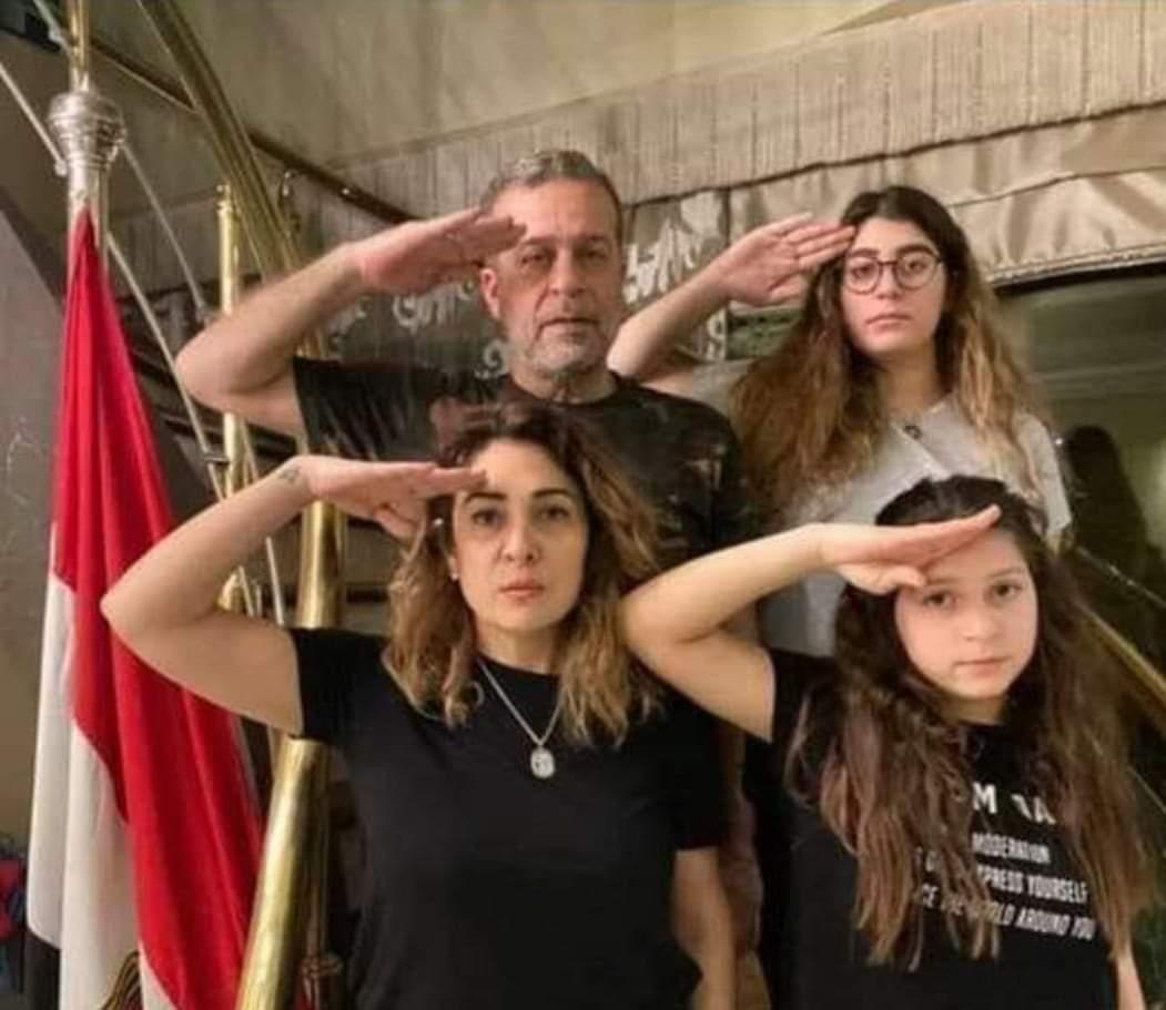 """الفنان"""" شريف منير"""" يتوعد شاباً أساء لابنتيه.. """"سأجعلك عبرة بالقانون وتحيا مصر"""