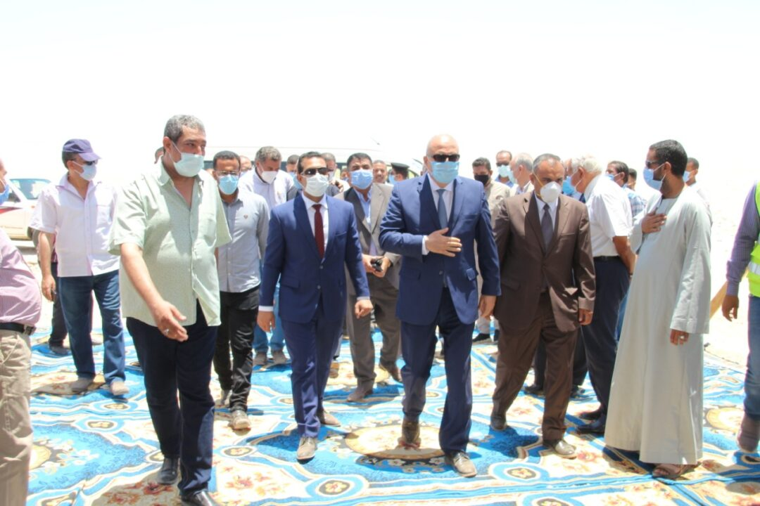 محافظ قنا يشهد تسليم موقع إنشاء أكبر مجمع داجني بالمحافظة على مساحة 2500 فدان بالمراشدة