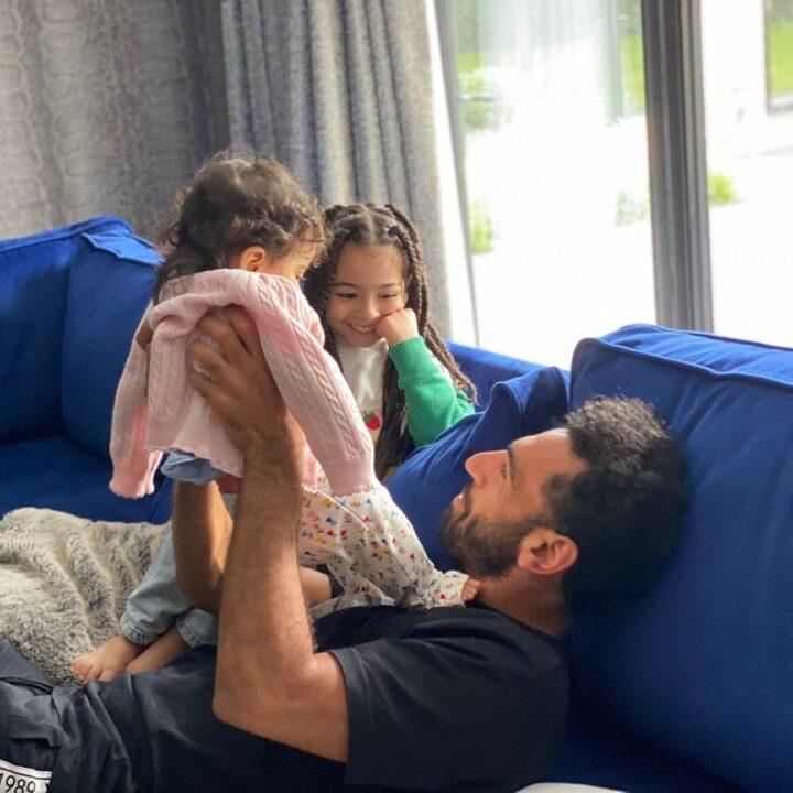 محمد صلاح يشارك صور أبنتيه «مكة وكيان»